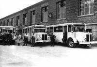 Die HEAG Busse Nr. 12, 13 und 16 vor der neuen Halle auf dem Betriebshof Böllenfalltor, Ende der 1920er Jahre