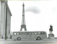 Ein HEAG-Reisebus vor dem Eiffelturm, 1951